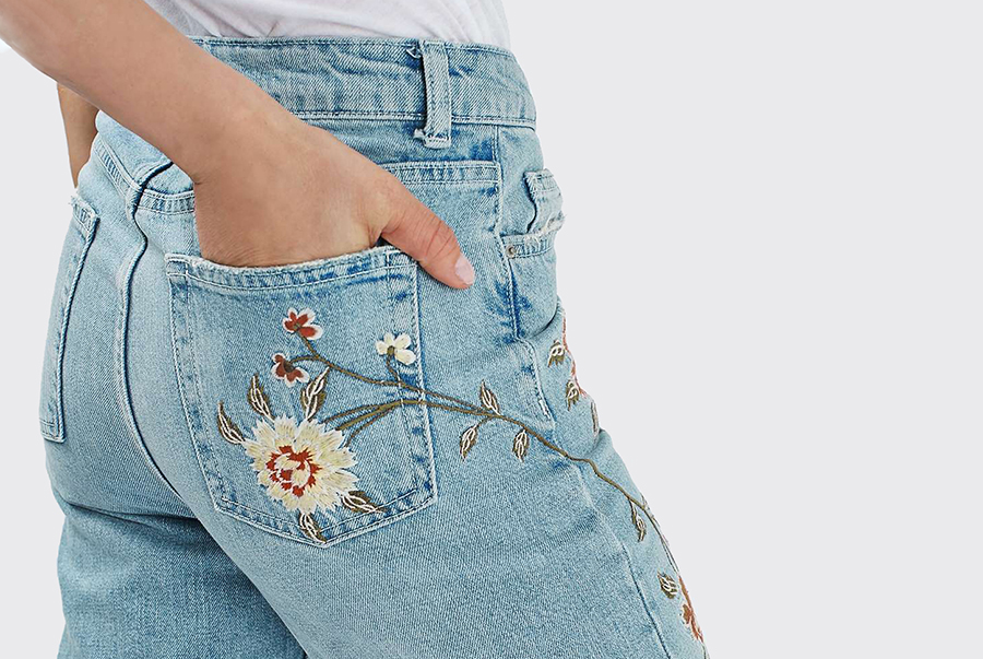 Джинсы с вышивкой на кармане 61